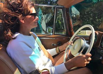 Натали Масне Бивш моден редактор и основател на Net-a-Porter. Винаги е безупречно облечена и смело съчетава класически дрехи с тенденциите за новия сезон.