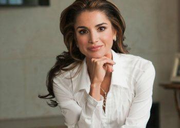"""Рания от Йордания Кралицата на Йордания е известна с работата си в сферата на образованието, здравеопазването, младежта, овластяването на общността и диалога между културите. От съпруга си, крал Абдула бин ал-Хюсейн, тя има четири деца – двама синове и две дъщери. Има почетна магистърска степен по международно сътрудничество от """"University of Rome""""."""