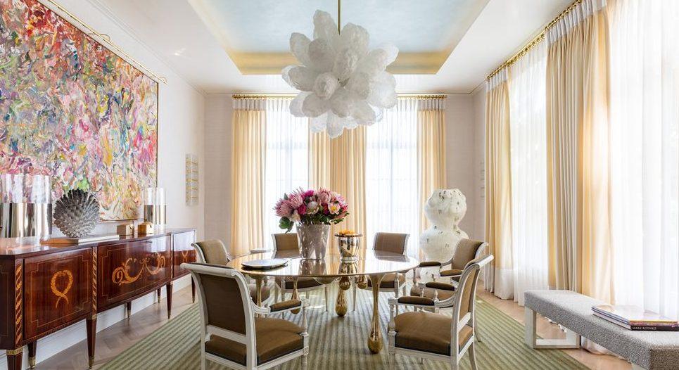 Смесица от изкуства. Това ефирно пространство съчетава модернизма и традиционализма. Дизайнерът Дейвид Скот съчетава мебели, направени от съвременни занаятчии, като масата и полилея с френски кресла от 1970. Естествените материи като тъкания килим и тапетите от лико заземяват пространството, докато неутралните завеси и корнизи и синият таван поддържат настроението приповдигнато. Photocredit: NIKOLAS SARGENT