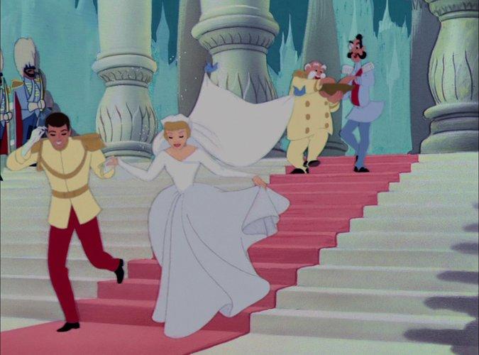 """""""Пепеляшка"""" На сватбата на Пепеляшка и принца, тя е с рокля с дълъг ръкав. В малко по-късен кадър в каретата, тя е в същата рокля, но ръкавът е къс. Явно са имали модерни дрехи за онова време или феята е направила поредната магия, за да може Пепеляшка да се чувства добре в сватбения си ден."""