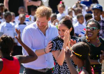 Танцуващата херцогиня – всички снимки от ден първи на визитата на Меган и Хари в Африка
