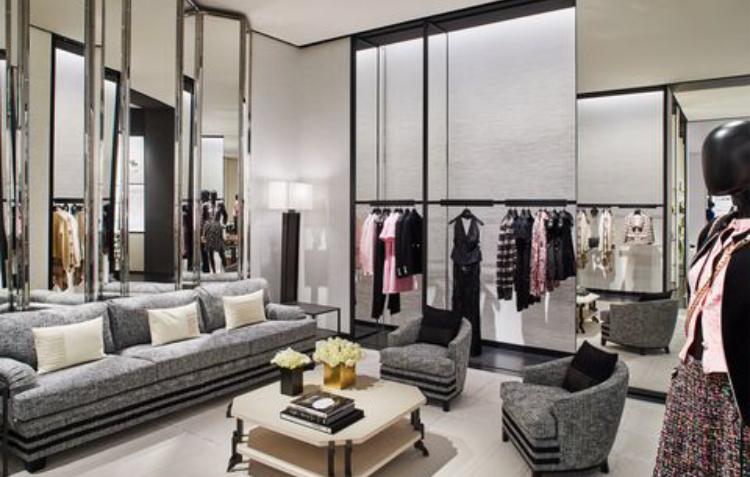 """""""Chanel"""" наскоро отвори нов бутик в квартал Голд Коуст в Чикаго с помощта на архитекта Питър Марино. Бутикът е на два етажа и прави силно модернистично впечатление, което е с богатата история на Чикаго. Това се забелязва в цялостния дизайн и отразява любовта самата на Коко Шанел. Източник: CHANEL"""
