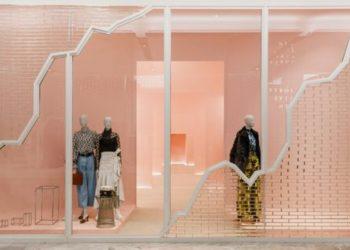 """Разположен на петия етаж от сграда в Хъдсън, местоположението на """"Forty Five Ten's"""" в Ню Йорк разполага с отдел за мъже и друг за жени, трети за сезонната колекция и четвърти за предстоящи модели и дизайни. В целия магазин са излоожени картини на съвременни художници, като например Хосе Давила, Ал Фрийман и Кейти Стаут. Източник: FORTY FIVE TEN"""