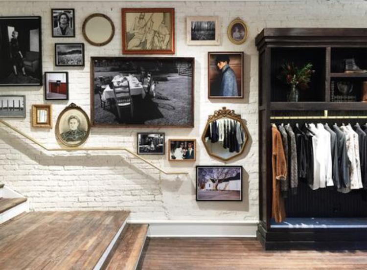 """""""След неотдавнашно пътуване до Копенхаген, се прибрах вдъхновен от естетическия баланс на топлина, модерност и комфорт, с които се сблъсках"""". Това разкрива Били Рийд, след като отваря бутика си в Чикаго. Колекцията от бутикови картини е върху стената на този и всеки пазаруващ, може да се наслади на тях, докато избира новия си гардероб. Източник: Billy Reid"""