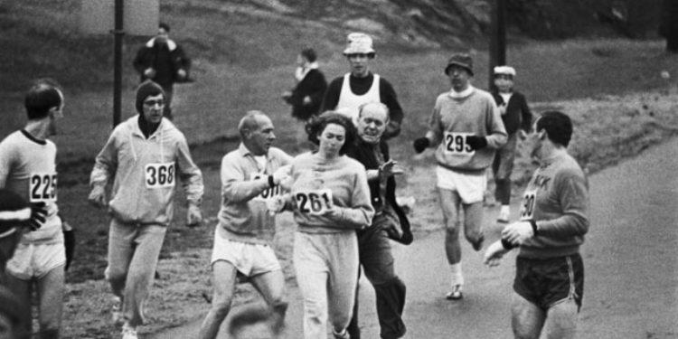 """През 1967 г. Катрин Швицер е първата жена, която бяга в """"Бостънския маратон"""". Това се случва 5 години, преди на жените да бъде позволено да участват в него. На тази снимка организаторите се опитват да я спрат. Източник: Reddit"""