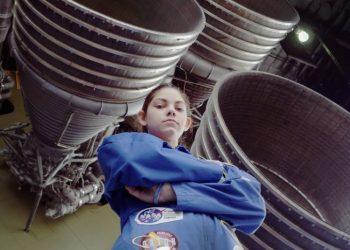 Алиса Карсън е 17-годишна, която се обучава от НАСА, за да стане астронавт.
