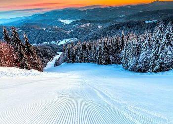 Януари Пампорово: Януари е снежен месец. Иглолистните гори, които виждаме от курорта Пампорово, са обсипани със сняг. Тогава там е една зимна приказка! Ако сте любители на зимните спортове, то там са едни от най-добрите писти в България, добре поддържани, а лифтовете ви разкриват пълната родопска красота в целия й блясък. Ако предпочитате спокойствето и не обичате зимния спорт, мястото пак е подходящо, защото наблизо е обсерваторията, а в град Смолян, може да посетите планетариума и да се насладите на звездното небе и тишината на спокойния малък град.