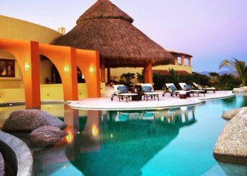Casa El Destino, Пунта Мита, Мексико Тук разполагате с достъп до безкраен басейн, който се слива с океана, СПА център, два плажни клуба и две голф игрища. Всяка стая разполага с личен готвач, детегледачка и портиер. Всички 7 спални имат частни тераси с гледка към океана. Цена: 10 000 - 15 000 долара на вечер, или 70 000 - 105 000 долара на седмица!