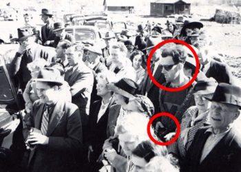 """Тази снимка е от откриването на """"Златния"""" мост в Канада през 1941 г. Сред тълпата стои мъж, който е облечен в абсолютен противовес с модата на 1940г. Може да забележите цип с качулка, тениска с лого в стил XXI век и фотоапарат в ръцете си. Някои хора са сигурни, че е пътешественик във времето, хванат на лента. Източник: Virtualmuseum"""