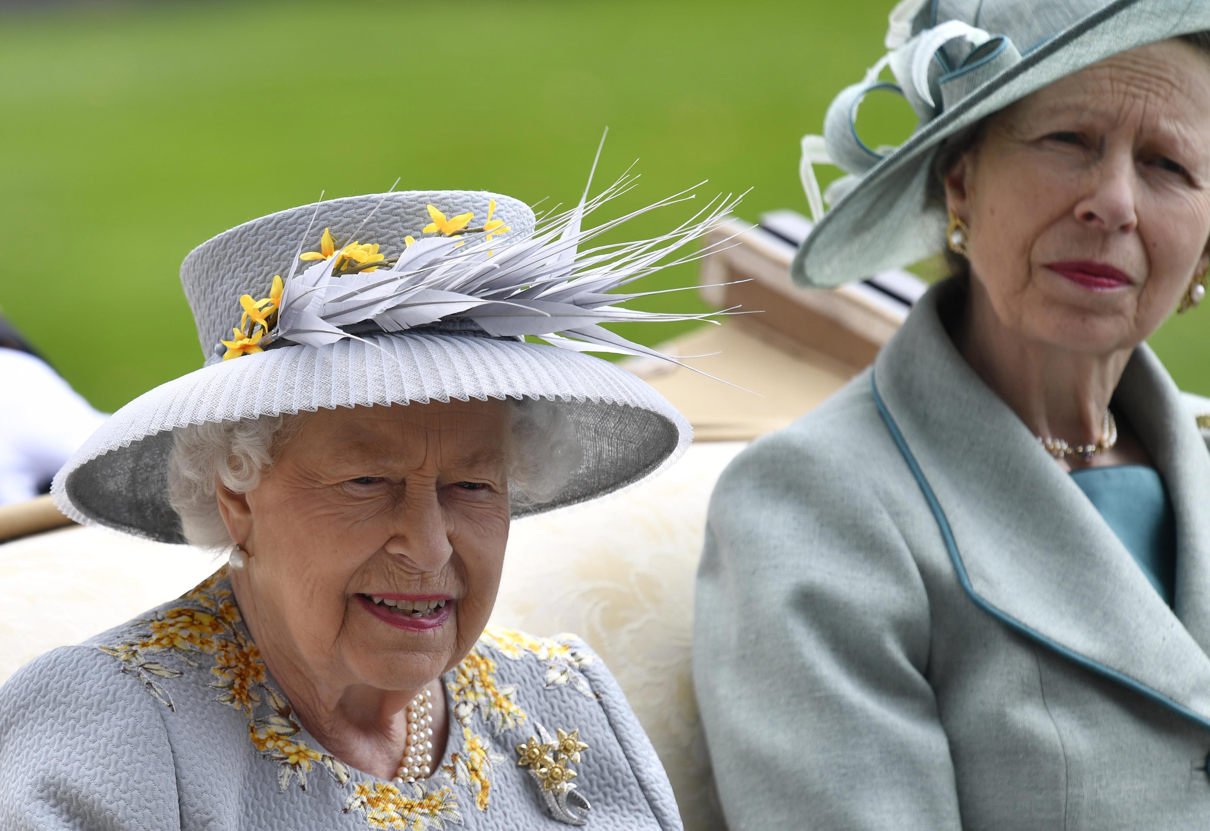 Кралица Елизабет и принцеса Ан-майката на Питър Филипс сн. БГНЕС