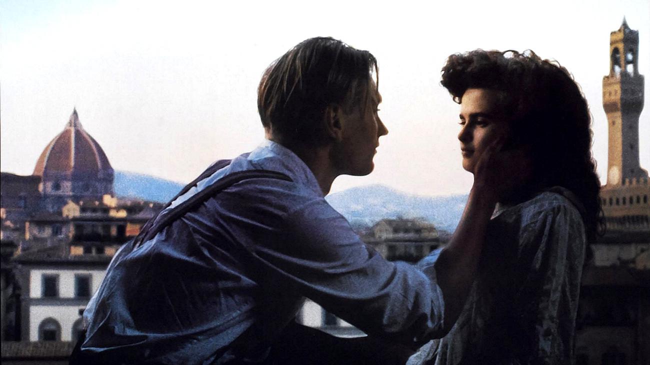 """""""Стая с изглед"""" (1985). Луси Хоничърч (Хелена Бонам Картър) е млада жена с добро възпитание и неустоим чар заминава на първото си пътуване до Флоренция. Там тя се запознава с младия свободолюбив Джордж Емерсон, скъсал оковите на висшата английска класа. Между Луси и Джордж се пораждат чувства по-силни от всичко, което са изпитвали досега."""