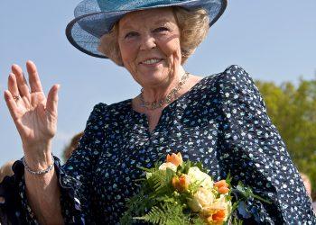 В Холандия абдикацията не е нещо непознато – последната е на кралица Беатрикс, която след 33 години на престола се отказа в полза на сина си Уилем-Александър. Тя се оттегли по възраст и с усещането, че трябва да отстъпи на по-младото поколение. (снимка: wikimedia commons)