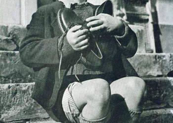 Австрийско момченце се радва на новите си обувки през Втората Световна Война