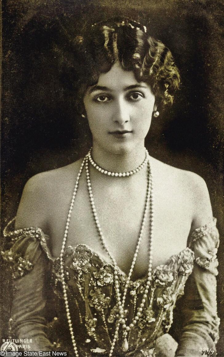 Лина Кавалиери. Лина е популярна италианска оперна певица, чийто образ и фигура наподобяваща изящен пясъчен часовник, са буквално навсякъде по нейно време.