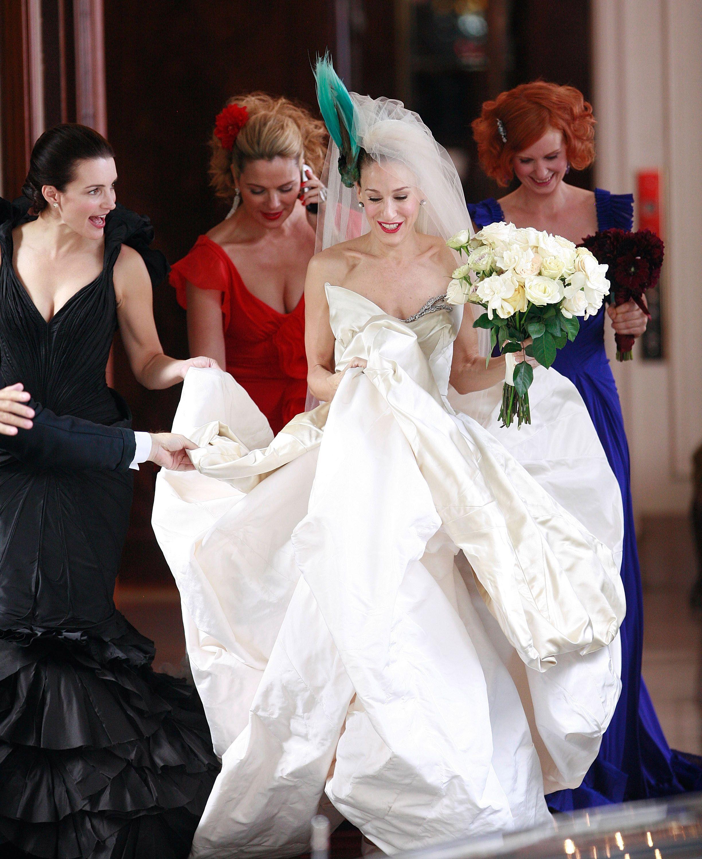 """Сара Джесика Паркър в """"Сексът и градът"""". Кари Брадшоу беше на 40, когато се омъжи за Тузаря в пищна рокля и птица в косата, но нейната рокля я слагаме първа – моделът на Вивиан Уестууд мигновено се нареди сред иконите в модата. Каквато всъщност остава и главната героиня на любимия сериал на поколения жени."""