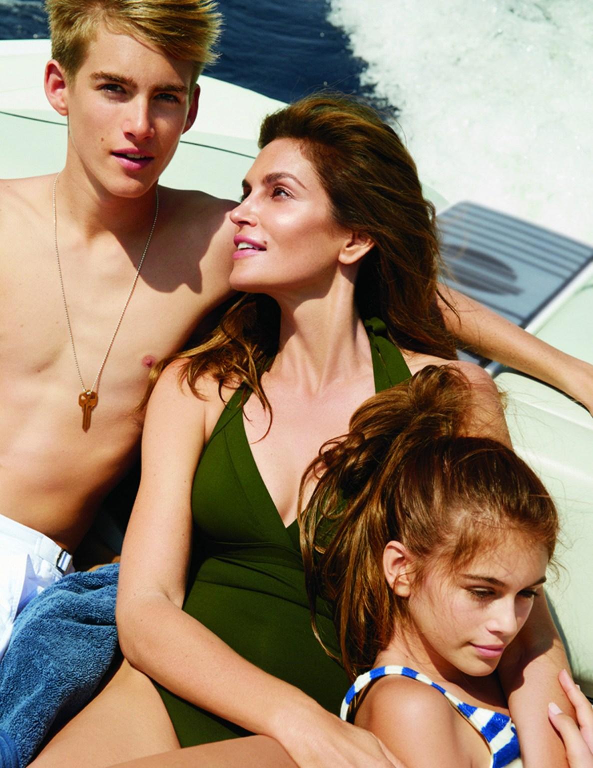 Синди Кроуфорд. Децата на Синди – синът й Пресли Гербер и дъщеря й Кая Гербер, вече са по-известни от майка си. Особено Кая, която на 18 години вече е супермодел и мега инфлуенсър. Първата й фотосесия за Vogue (2015 г.) обаче не е самостоятелна, а с майка й и брат й.