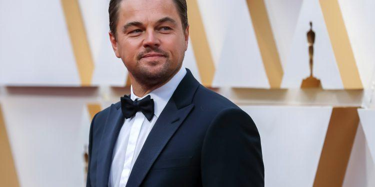 """20. Леонардо ДиКаприо ( $260 млн.) Ди Каприо три пъти беше включен в списъците на Forbes на най-високоплатените представители на Холивуд и много филми с негово участие постигнаха рекорди- същият """"Титаник"""" спечели $ 2,7 милиарда, """"Inception"""" събра 829 милиона долара, а """"Вълкът на Уол Стрийт"""" спечели 392 милиона долара."""
